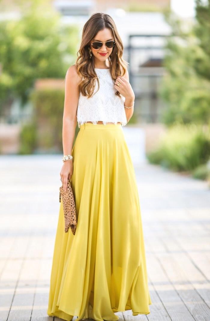 robe invitée mariage, modèle de jupe longue jaune combinée avec top crop blanc à design dentelle florale