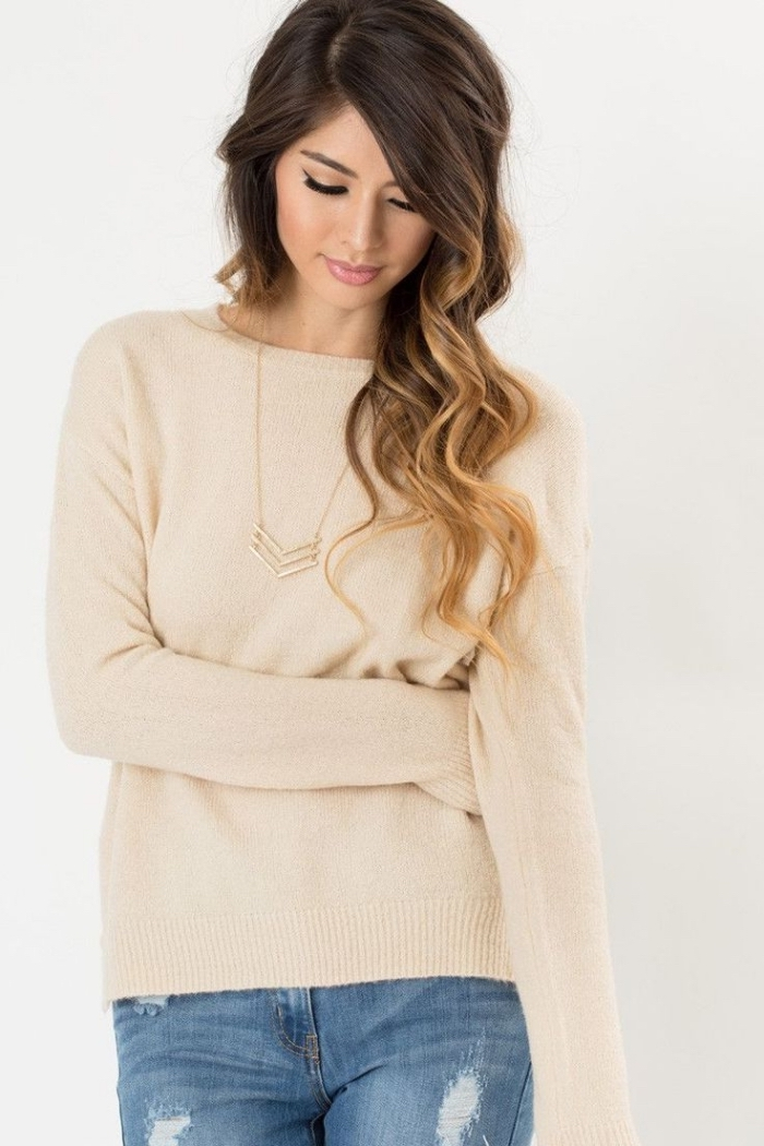 idee pour s habiller, combiner la blouse beige avec paire de jeans clairs et collier en or, coiffure cheveux longs et bouclés
