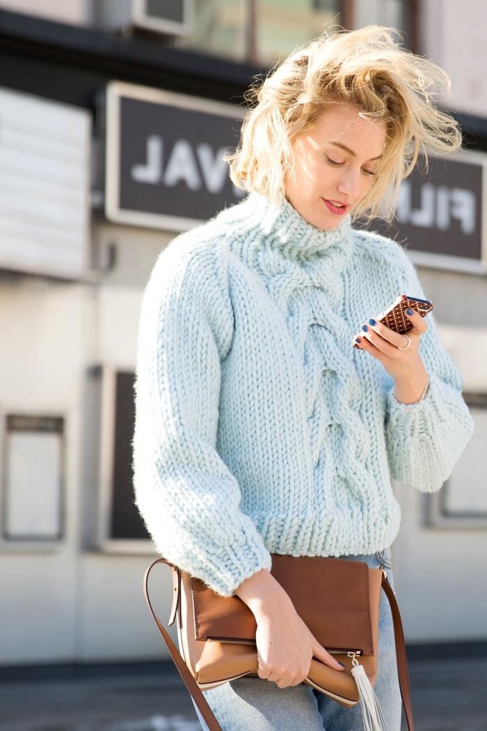 vetement femme, porter le pull over en bleu pastel avec paire de jeans clairs et manucure bleu foncé