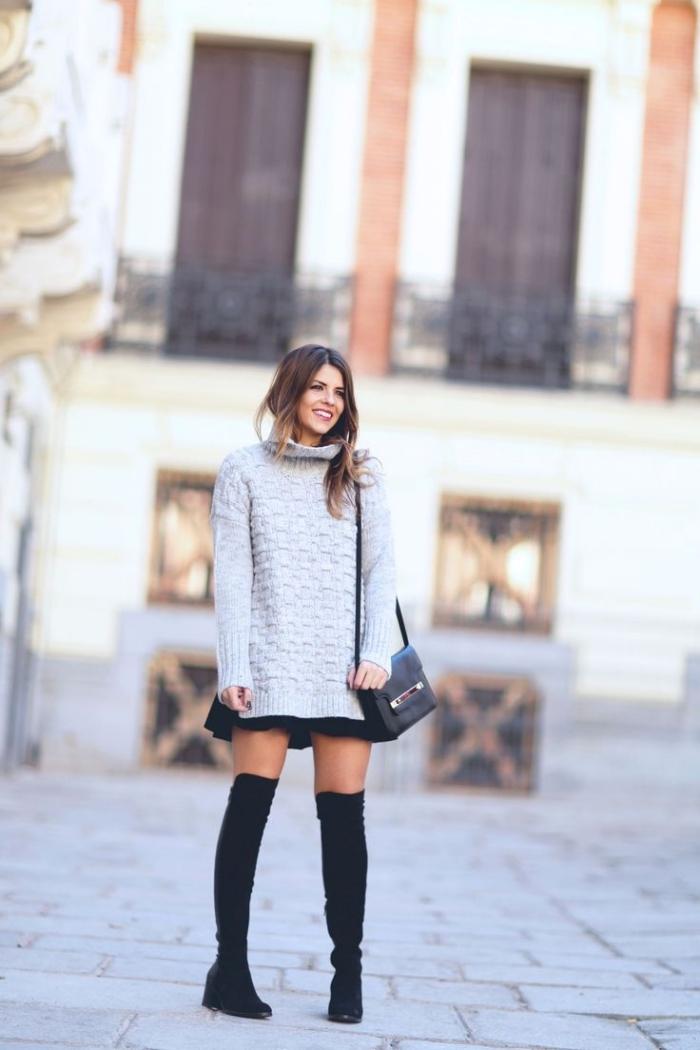 trouver son style vestimentaire, pull à col enroulé long combiné avec jupe courte noire et bottes genoux noires
