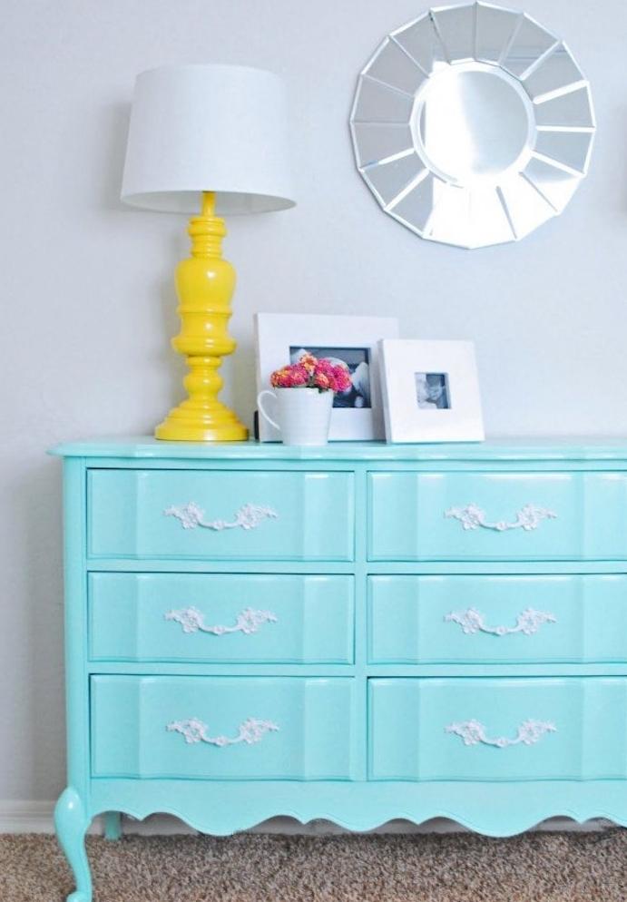 meuble repeint, idée de commode vintage en bleu avec des poignée de tiroir vintage baroque, miroir rond, lampe avec pied jaune