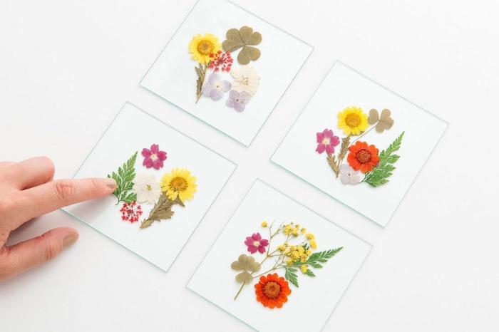 la fabrication de dessous de verre avec des plaques en verres et des fleurs encadrées, un bricolage fête des mères sur thème herbier