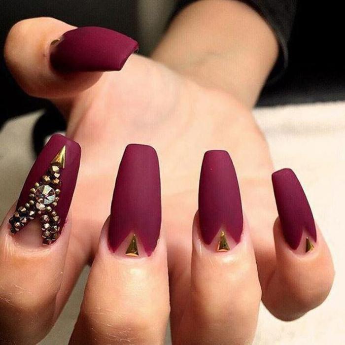 Ongles mat nail art beau dessin sur ongles matte idée art rouge et doré détails admirable manucure idée