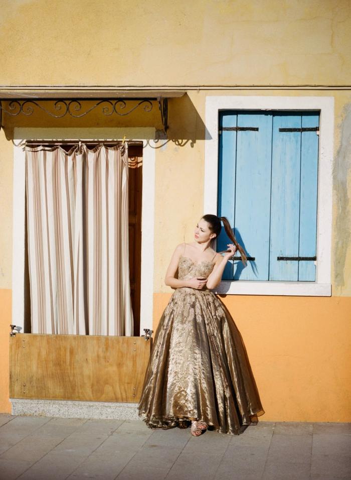 Superbe robe blanc et doré robe dorée courte image de robe doree belle photo professionnelle