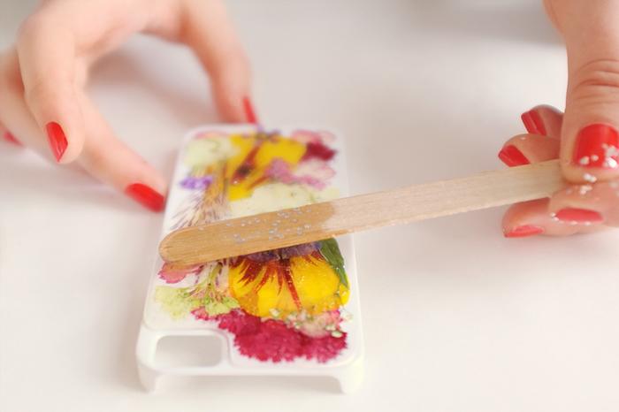 faire un herbier original fixé à la résine époxy sur une coque de téléphone, bricolage de printemps avec des fleurs séchées