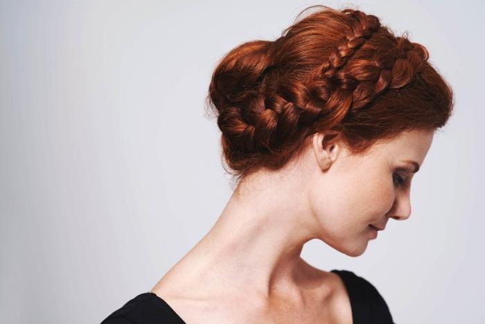 cheveux auburn naturel, coiffure pour cheveux longs attachés en chignon bas avec couronne de tresses