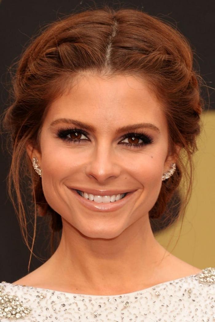 cheveux brun reflet auburn, coiffure pour cheveux longs attachés en chignon bas avec tresses et mèches devant