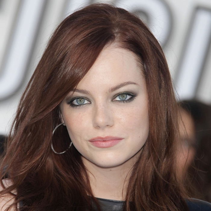 teinture auburn, coiffure pour cheveux bruns aux reflets rouges avec frange long de côté, maquillage pour yeux verts