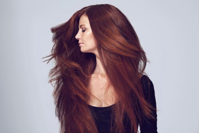 cheveux auburn naturel, soin beauté pour cheveux longs et sains, coloration naturelle de nuance rouge brun
