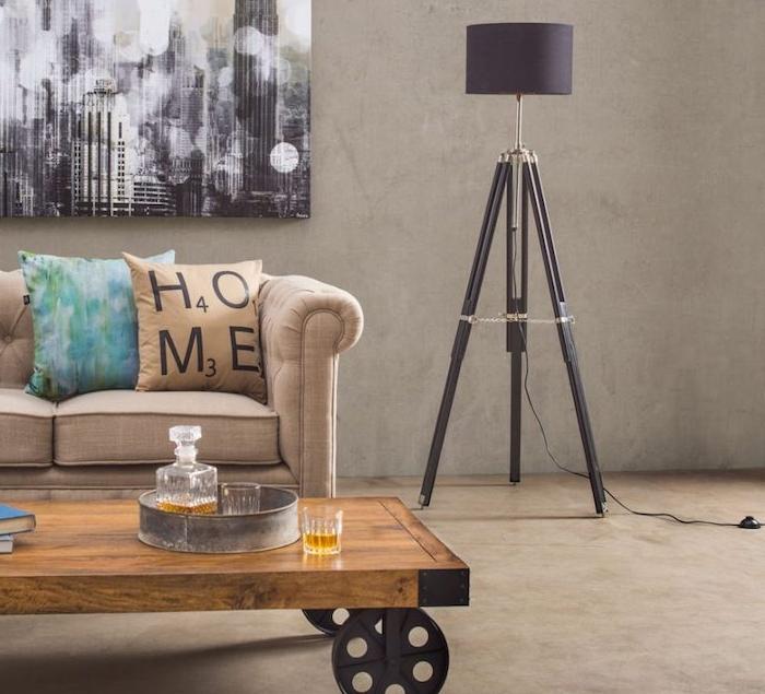 mur couleur ficelle décoré de tableau noir et blanc, paysage new yorkais, table basse en bois à roulette en métal, canapé gris taupe clair