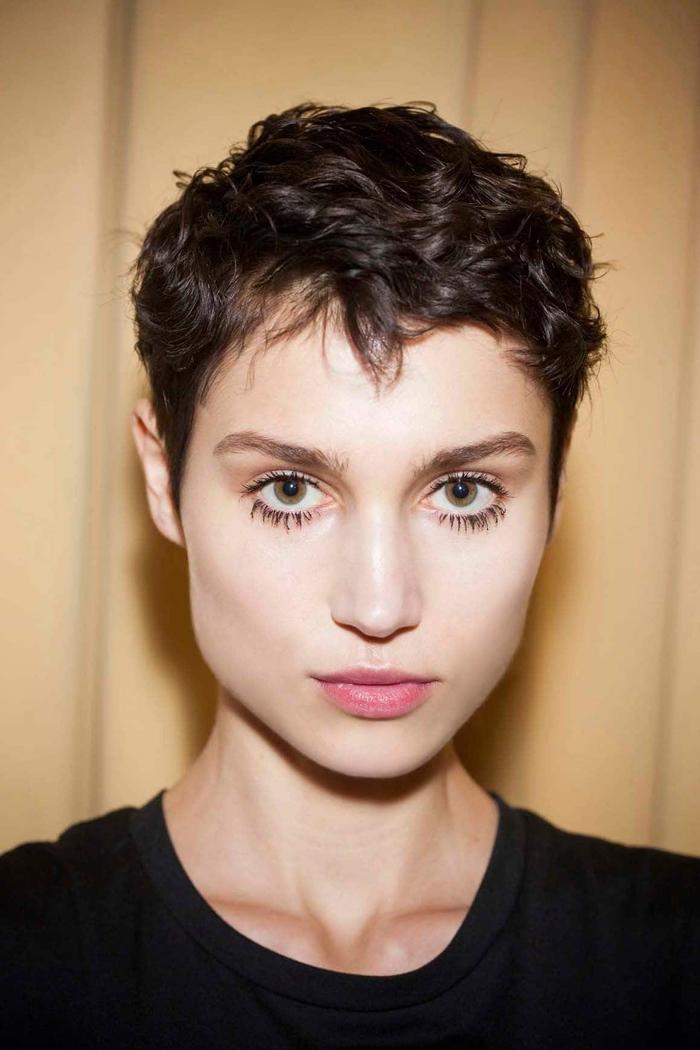 une coupe courte pixie bouclé pour un look à la fois boyish et stylé rappelant la coiffure annee 50 popularisé par audrey hepburn
