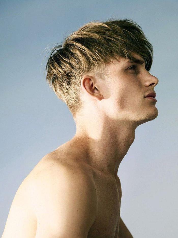 un degradé progressif homme bien structurée avec la nuque et les côtés rasés et des longueurs sur le dessus coiffées de façon décontractée