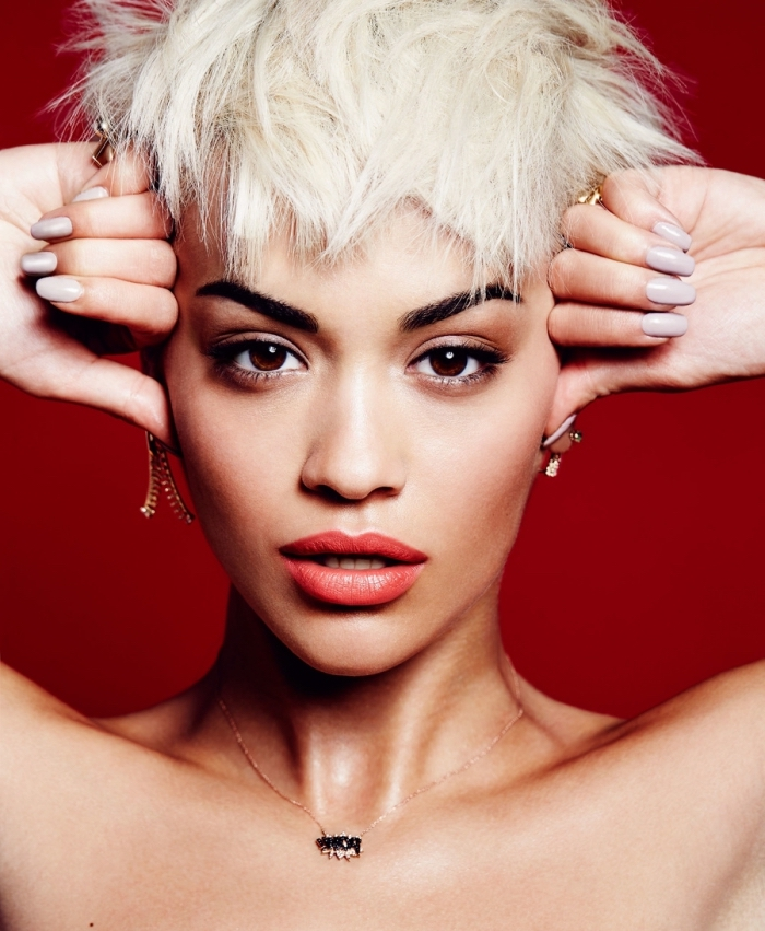 modele de coiffure, coupe de cheveux courte pour femme, coiffure courte de célébrité, Rita Ora aux cheveux courts blond blanc