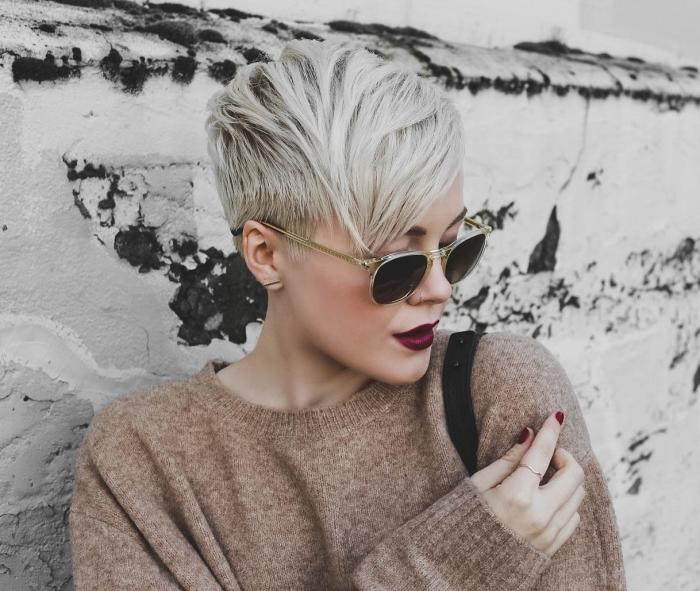 coiffure cheveux courts avec frange sur le côté, coloration tendance gris pastel avec racines noires