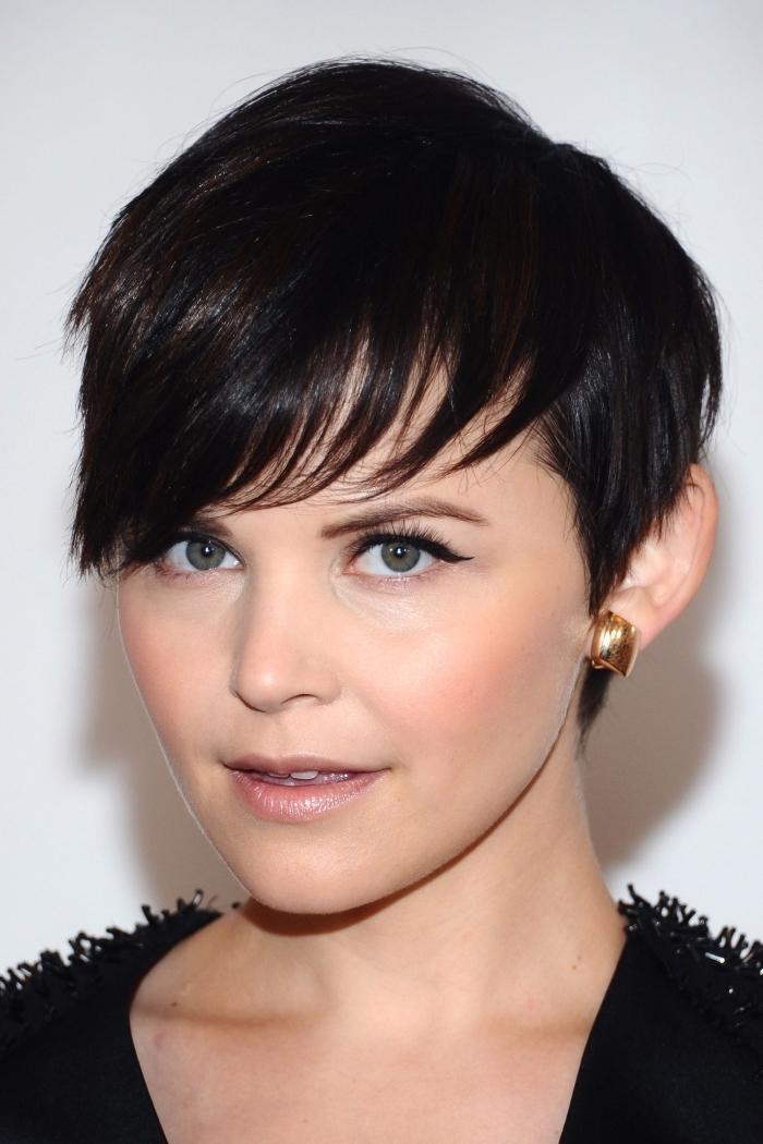 coiffure pixie avec frange sur le côté, maquillage pour yeux vert foncé avec eye-liner noir et rouge à lèvres rose