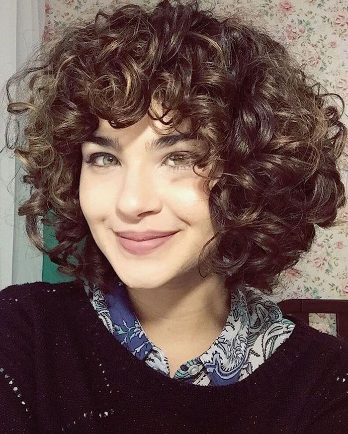 coupe courte frisee cheveux courts ondulés femme
