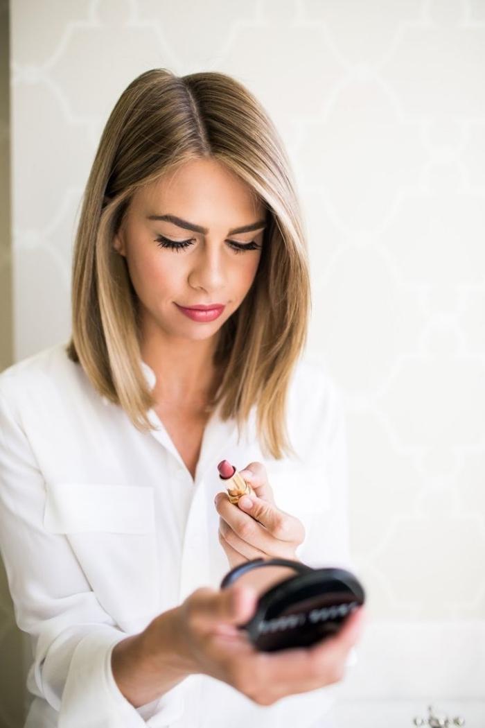 coupe cheveux longs, modèle de chemise blanche pour femme, cheveux châtain foncé avec mèches blond