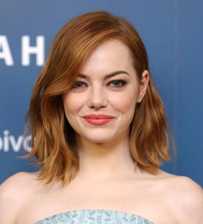 coupe de cheveux mi long femme, coiffure célébrité d'Ema Stone aux cheveux mi longs cuivrés