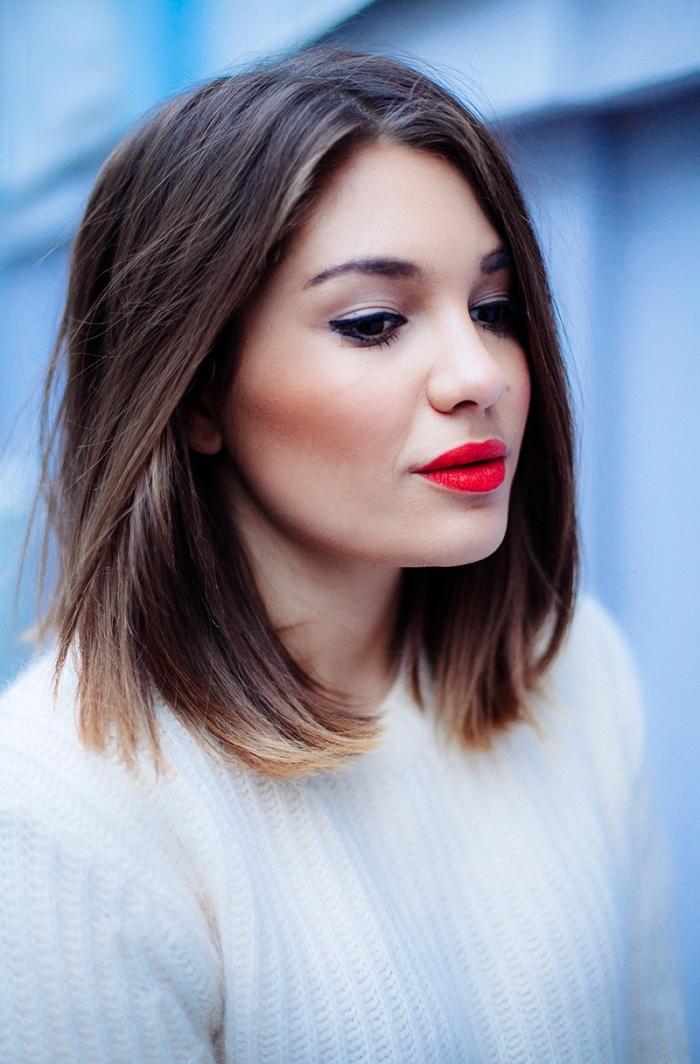 coupe de cheveux femme, pull blanc pour femme, coupe carré mi-longue sur cheveux marron avec pointes éclaircies