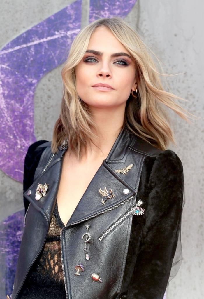 coiffure femme, combiner veste en cuir et faux fur avec robe noire avec décolleté en v, cheveux mi longs et bouclés femme