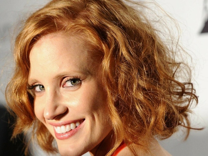 coupe carre, carré avec des boucles, couleur de cheveux rousse, maquillage simple