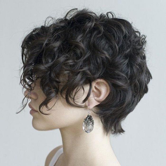 coupe frisée cheveux bouclés boucle court ondulé