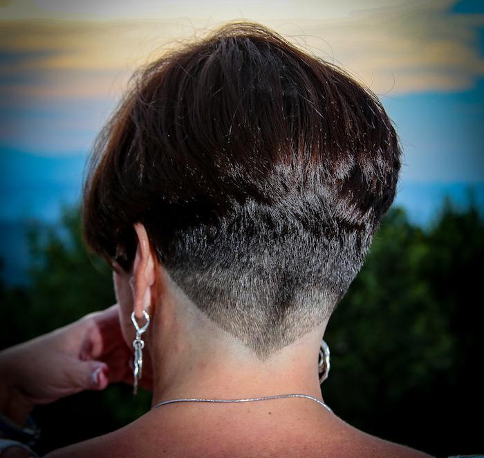 coupe de cheveux carré plongeant femme avec nuque degagee en degradé