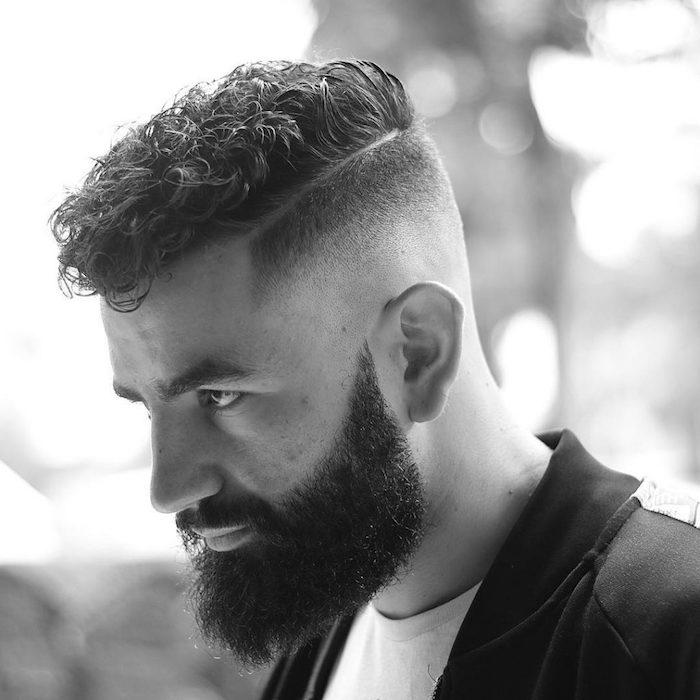 coupe courte pour cheveux bouclés homme avec dégradé court et barbe style hipster