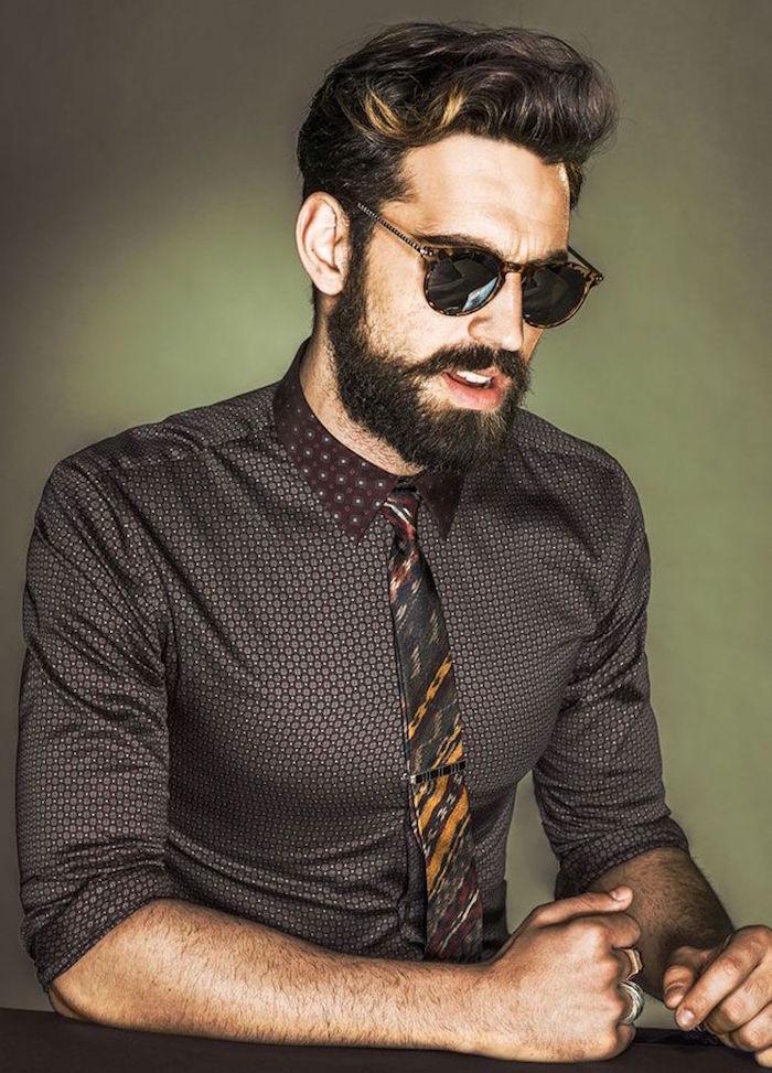 homme à la mode avec barbe mi longue et chemise