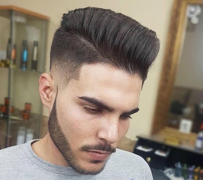 coupe homme avec barbe courte banane rétro pomp