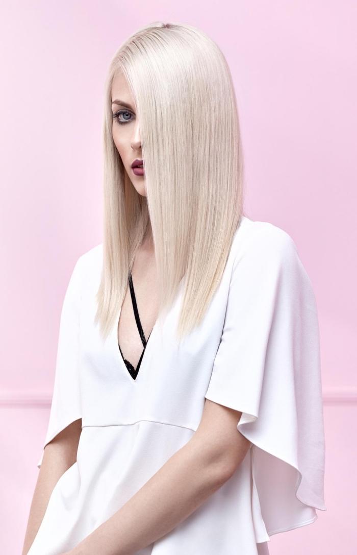 coupe carré long, coloration de cheveux blond blanc, tenue féminine en blouse blanche aux manches larges