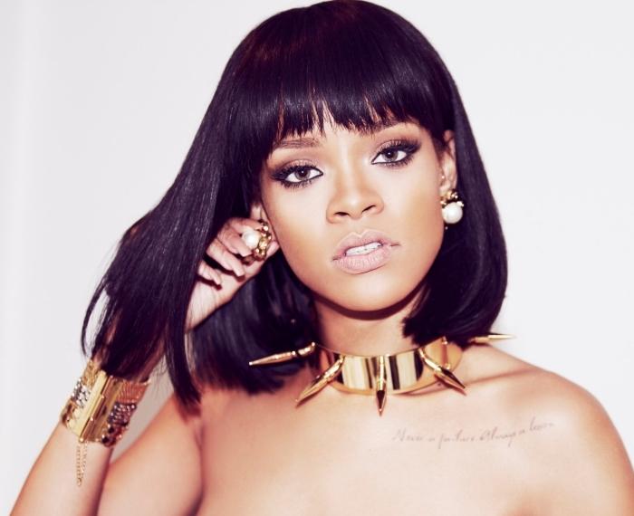 coupe carré long, coiffure célébrité de Rihanna, manucure ongles longs à vernis nude, coupe de cheveux avec frange femme