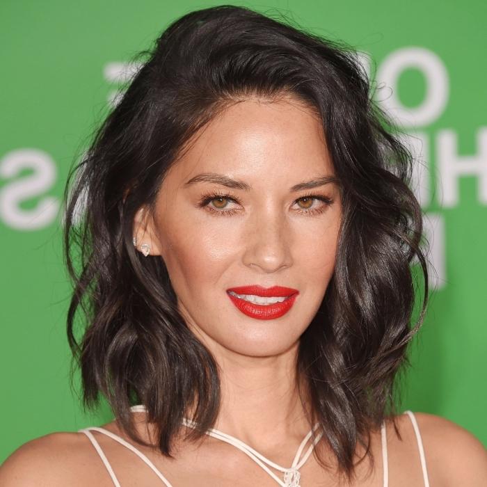 coiffure carré long, couleur de cheveux foncé, coiffure pour femme avec boucles, maquillage pour yeux châtain