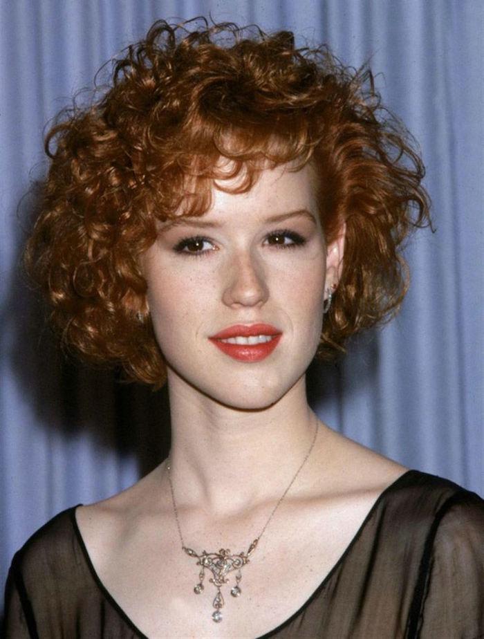 femme rousse coupe courte cheveux frisés naturellement