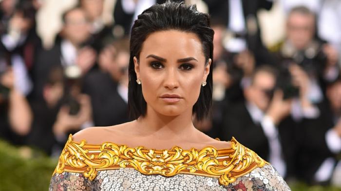 coupe courte tendance, Demi Lovato avec un carré mi-long, couleur cheveux noir