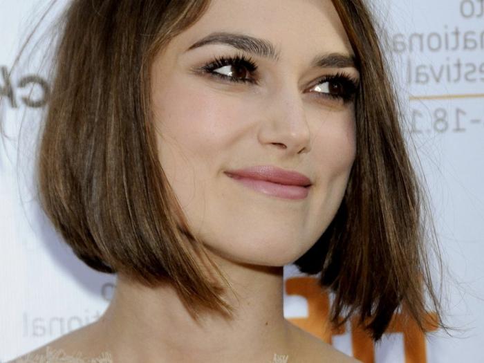 coupe courte tendance, la coiffure de Keira Knightly couleur chataîn, carré plongeant