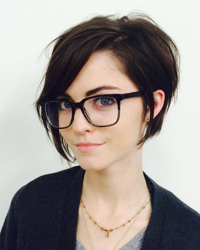 idée coiffure pour visage avec lunettes de vue, coiffure tendance cheveux courts pour femme