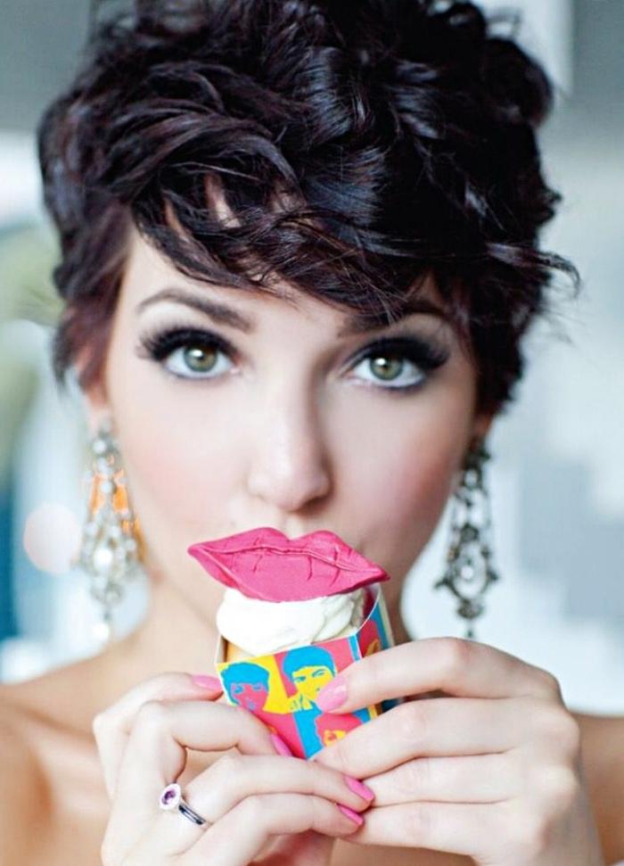 coupe boule pour femme, coiffure sur des cheveux courts et bouclés, modèle de boucles d'oreilles avec cristaux
