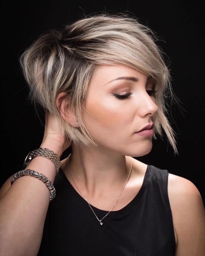 modele de coiffure, balayage blond blanc sur cheveux noirs, coupe courte avec frange sur le côté