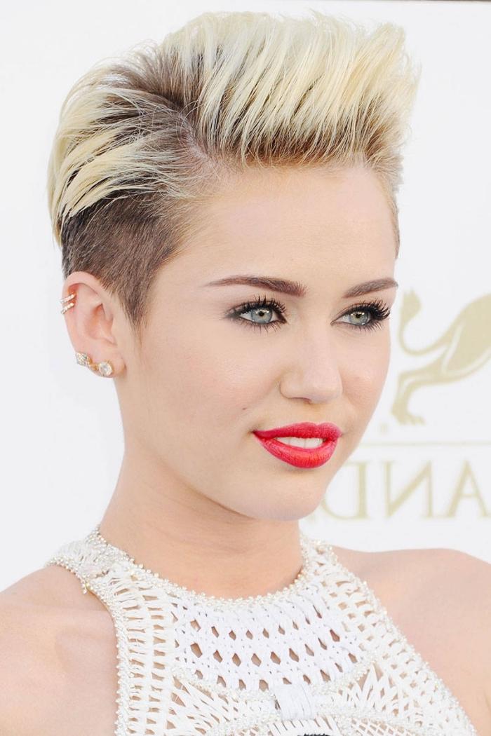 coiffure célébrité de Miley Cyrus, coupe courte pour femme aux cheveux rasés sur le côté et volume sur le haut
