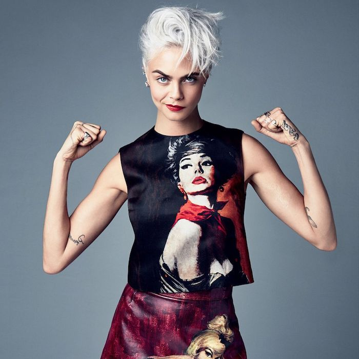 modele de coupe courte visage rond, cheveux blond polaire, dégradé avec longueur sur le dessus, look rock femme