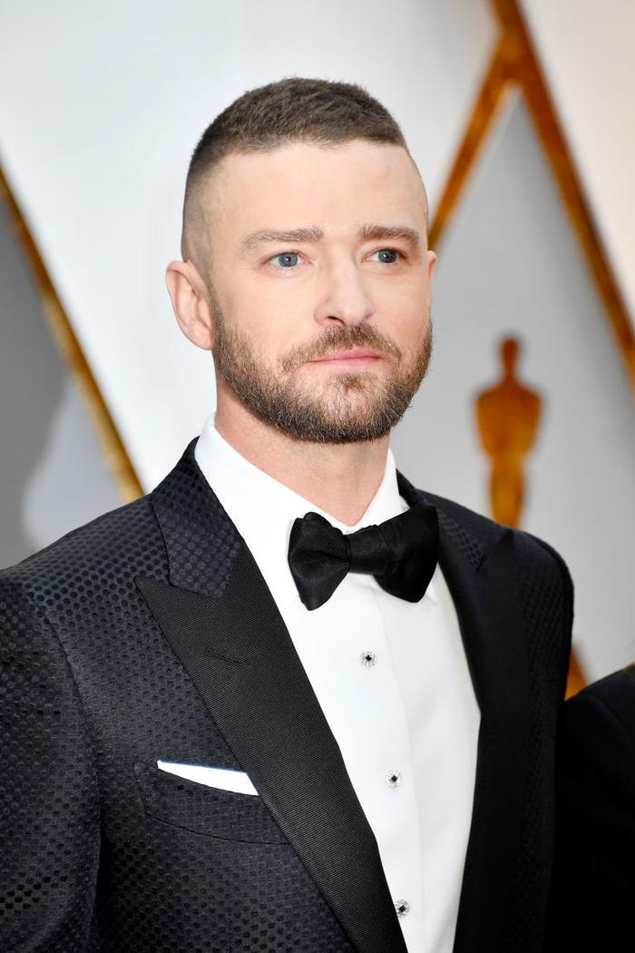 idée pour une coupe homme rasé coté tendance avec un dégradé haut et une nette démarcation entre le bas et le dessus de la tête