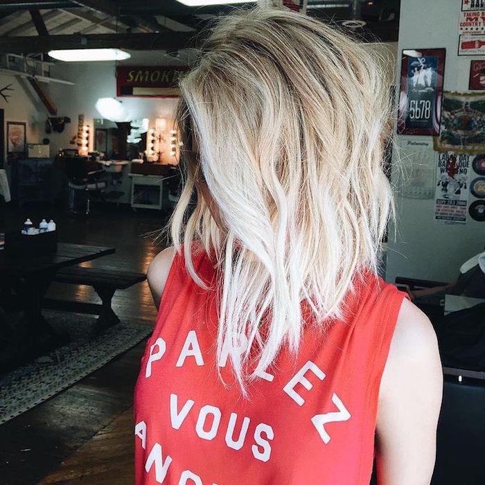 coupe de cheveux carré long plongeant couleur blonde platine