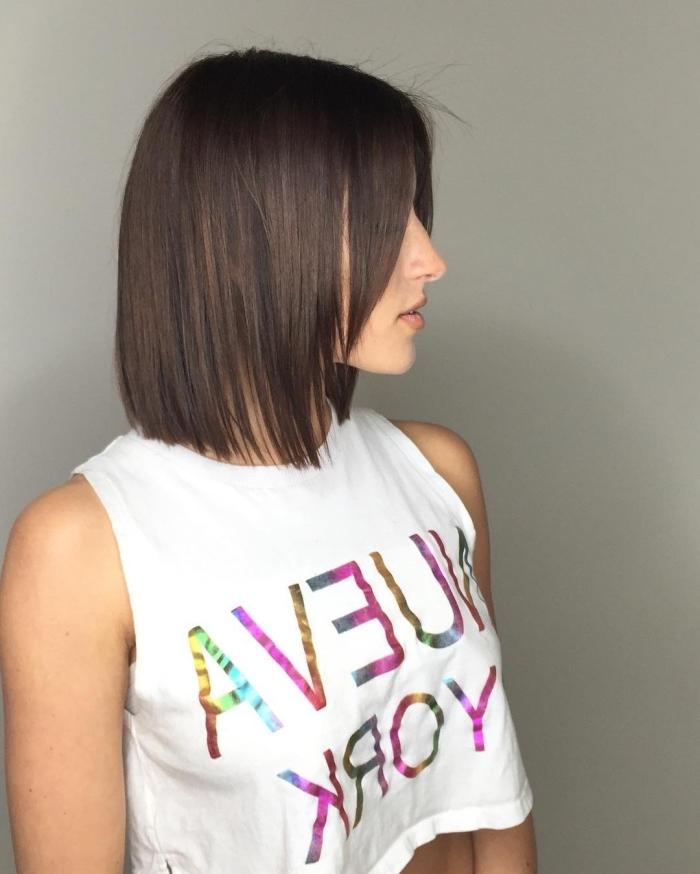 coupe cheveux mi long, couleur de cheveux tendance marron, coiffure de cheveux raids avec frange longue