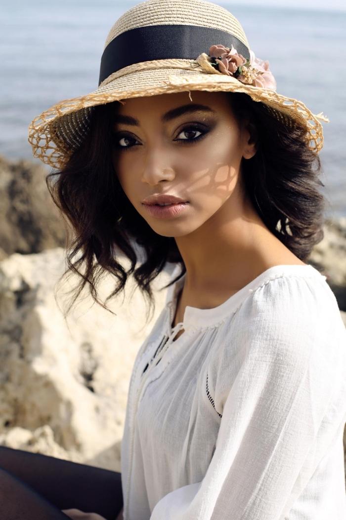 coiffure de cheveux mi longs avec capeline beige et noir, modèle de chapeau femme avec fleurs décoratives