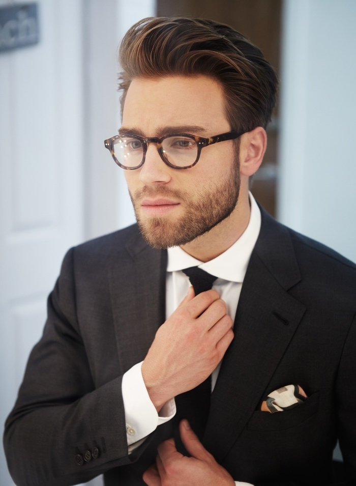 coiffure sage et élégante de style pompadour avec frange asymétrique coiffé sur le côté