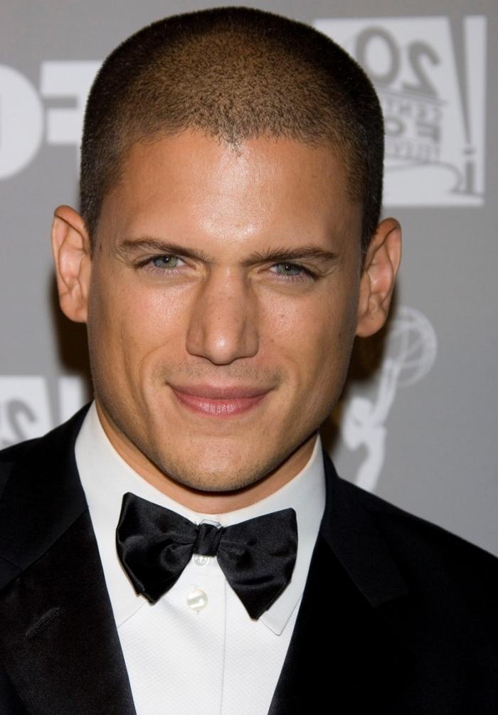 look militaire et masculin avec une coupe de cheveux homme court de style crâne presque entièrement rasé