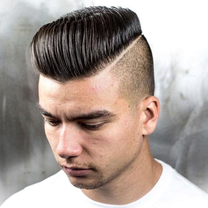 coupe de cheveux homme mi long en arriere coté court pompadour undercut