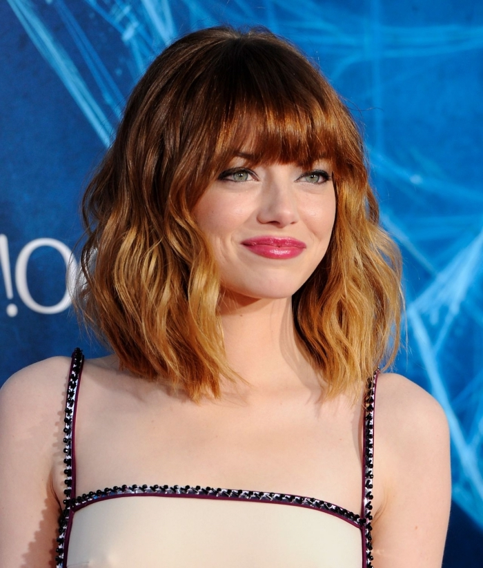 coiffure tendance aux cheveux cuivrés, coupe de cheveux mi-longs avec frange, coloration blond cuivré