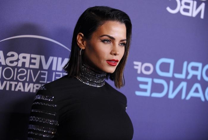 coiffure femme mi long, coiffure célébrité de Jenna Dewan aux cheveux foncés, modèle de robe noire avec manches longues